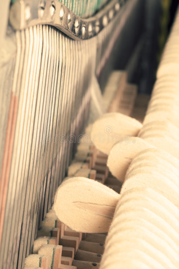 Uitstekende piano binnen stock afbeelding