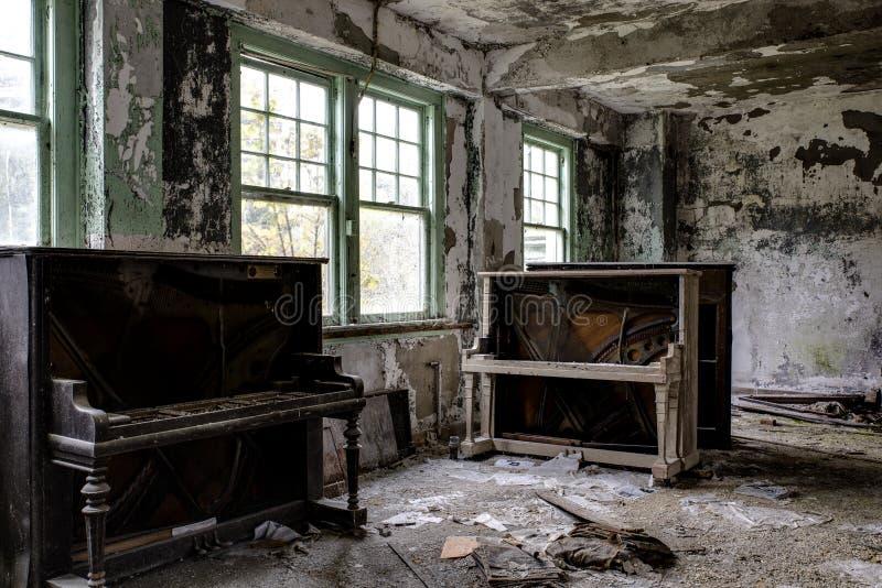 Uitstekende Piano en Laag - het Verlaten Ziekenhuis/Sanatorium - New York stock fotografie