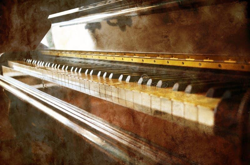 Uitstekende piano op grunge stock afbeeldingen