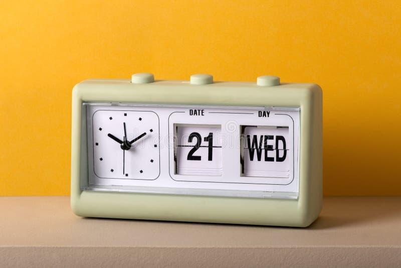 Uitstekende plastic tafelbladklok met datum en tijd stock foto's