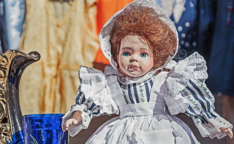 Uitstekende pop in een gestreepte kleding met een witte schort royalty-vrije stock fotografie