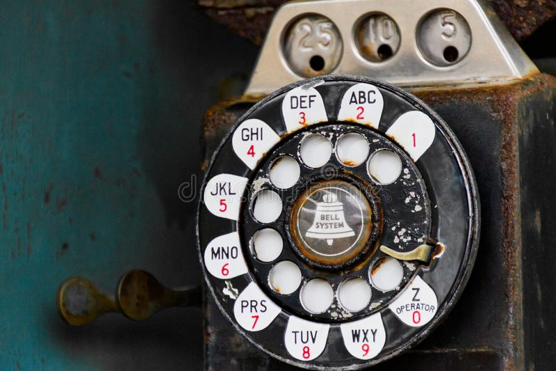 Uitstekende publieke telefooncel stock afbeelding