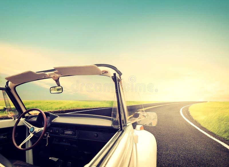 Uitstekende Reizen met klassieke auto stock foto's