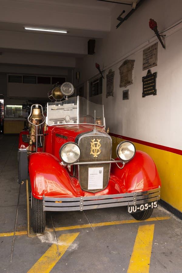 Uitstekende rode Chevrolet-brandvrachtwagen royalty-vrije stock afbeeldingen