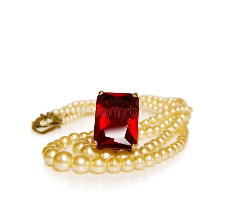 Uitstekende rode robijnrode ring en parels stock fotografie