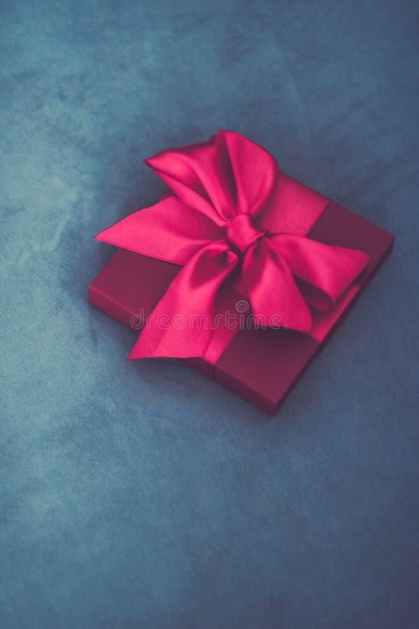 Uitstekende roze de giftdoos van de luxevakantie met zijdelint en boog, Kerstmis of van de valentijnskaartendag decor royalty-vrije stock fotografie