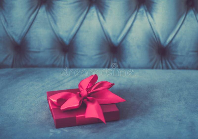 Uitstekende roze de giftdoos van de luxevakantie met zijdelint en boog, Kerstmis of van de valentijnskaartendag decor stock foto's