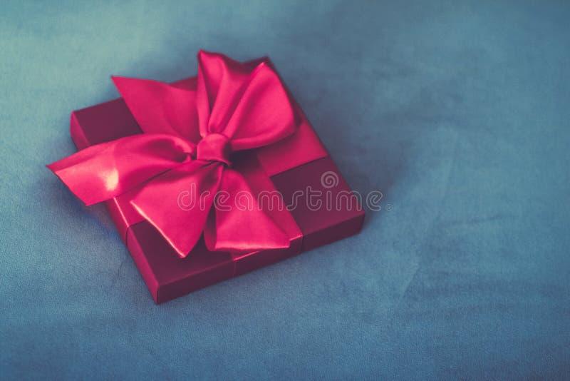 Uitstekende roze de giftdoos van de luxevakantie met zijdelint en boog, Kerstmis of van de valentijnskaartendag decor royalty-vrije stock foto