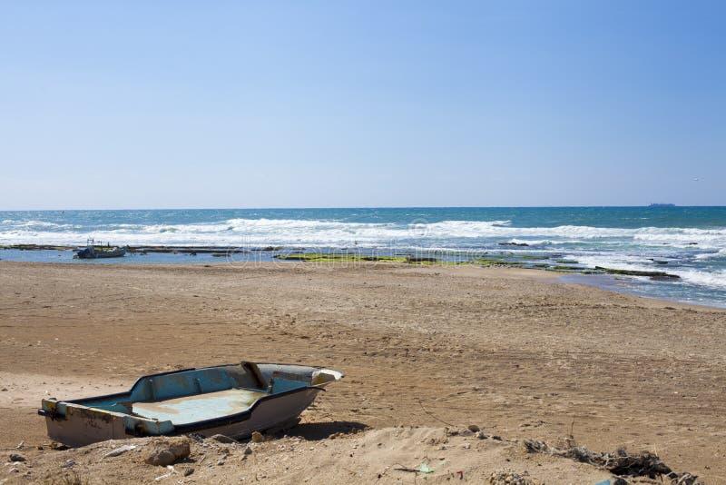 Uitstekende rustieke Boot op strand royalty-vrije stock afbeelding