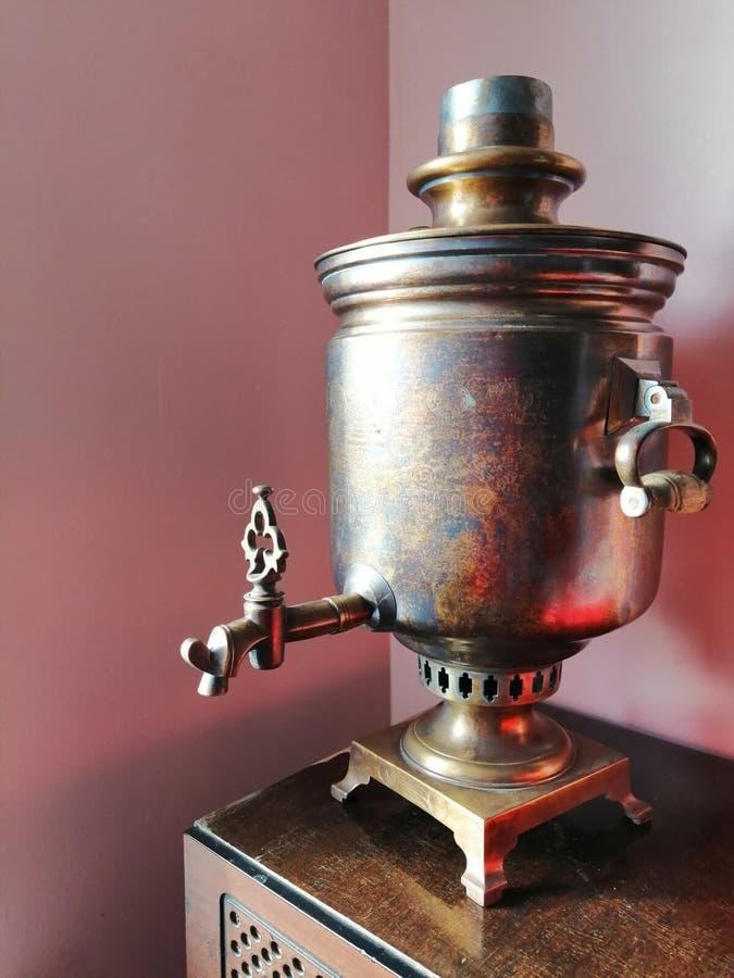 Uitstekende samovar voor thee het drinken of binnenhuisarchitectuur stock afbeeldingen