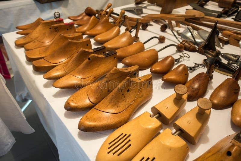 Uitstekende schoenmakersworkshop met hulpmiddelen, schoenen en kant royalty-vrije stock fotografie