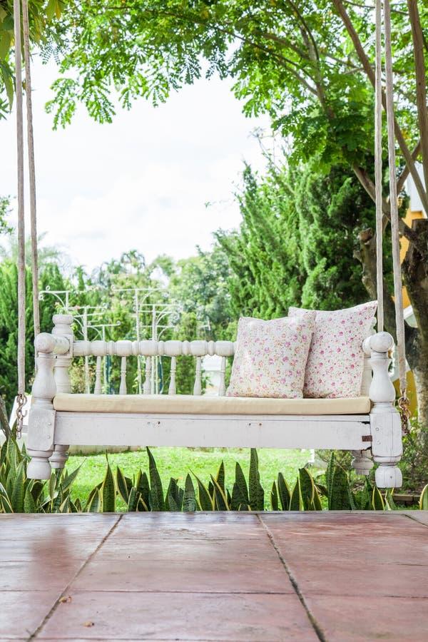 Uitstekende schommeling en lichtrose bloemhoofdkussen stock afbeelding