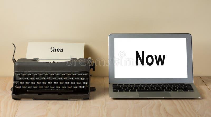 Uitstekende schrijfmachine en computerlaptop stock afbeeldingen