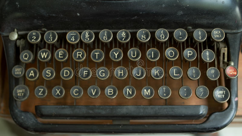 Uitstekende schrijfmachine op houten lijst royalty-vrije stock afbeelding