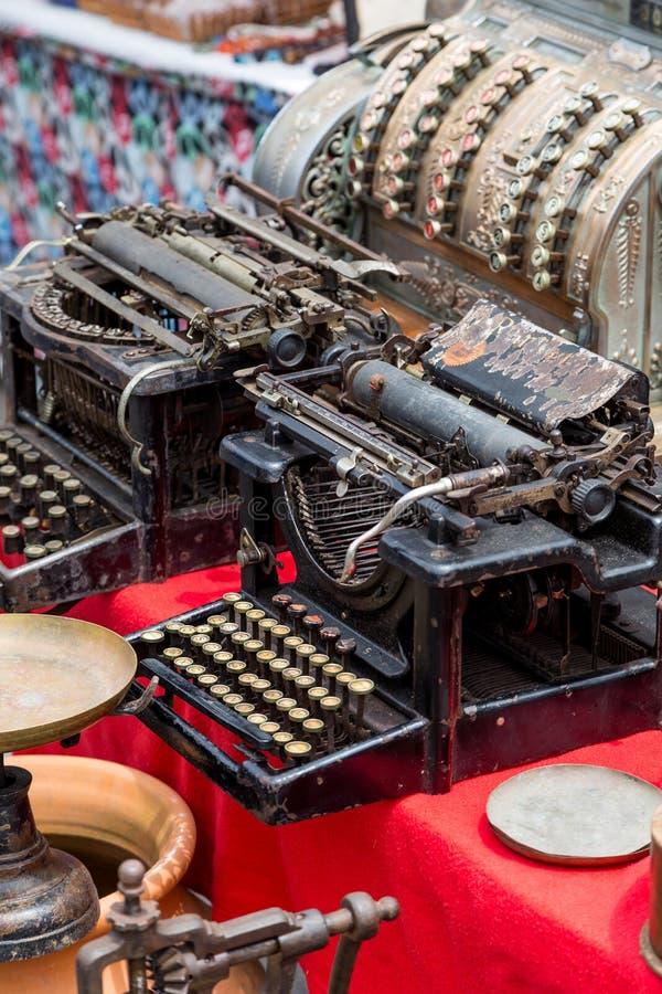 Uitstekende schrijfmachines op vlooienmarkt royalty-vrije stock foto
