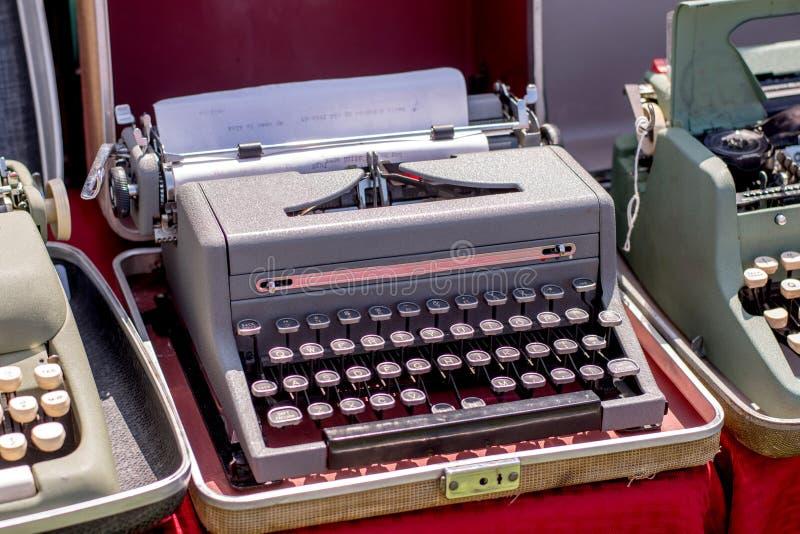 Uitstekende schrijfmachines voor verkoop bij een antieke verkoop royalty-vrije stock afbeelding