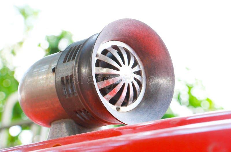 Uitstekende signaalhoorn of sirene op een rode brandvrachtwagen stock afbeelding