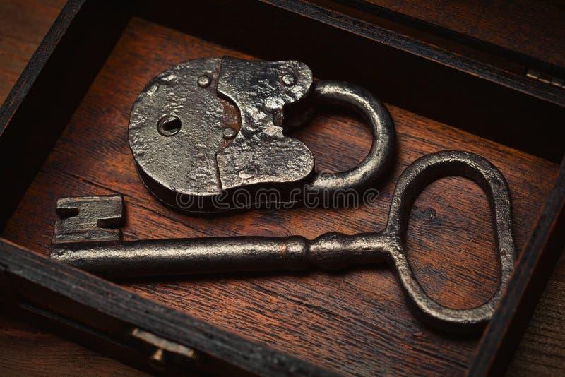 Uitstekende sleutel en slot oude doos royalty-vrije stock fotografie
