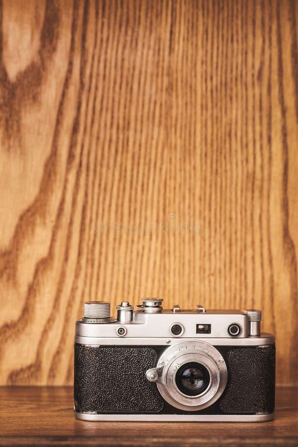 Uitstekende spontane camera op houten achtergrond royalty-vrije stock foto's