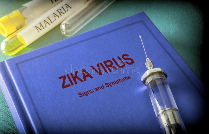 Uitstekende Spuit op een Boek van Zica-Virus stock foto