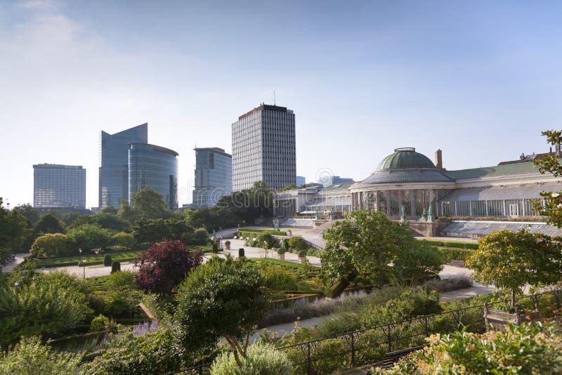 Uitstekende standbeelden en moderne gebouwen in het park stock fotografie