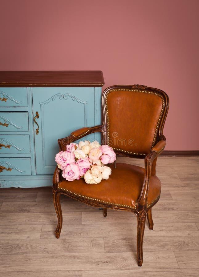 Uitstekende stoel dichtbij blauwe houten opmaker stock foto