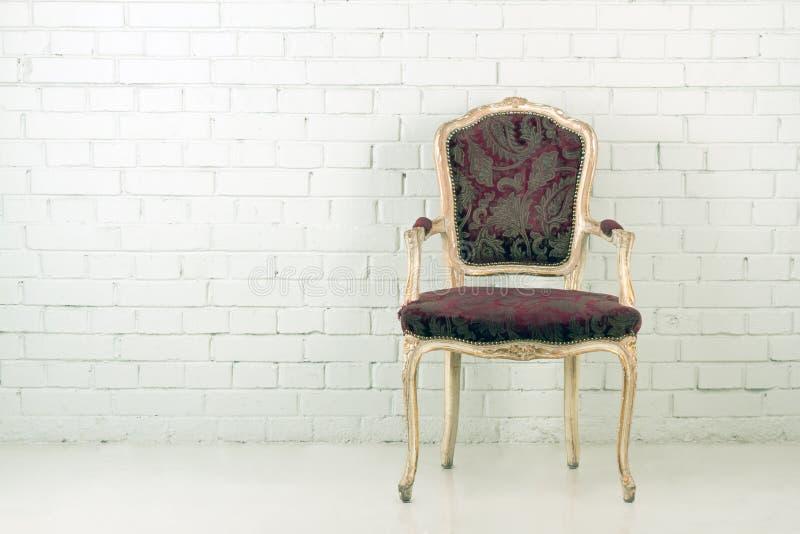 Uitstekende stoel in lege ruimte royalty-vrije stock afbeelding