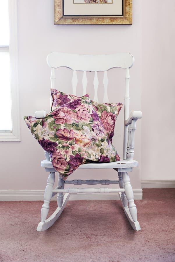 Uitstekende stoel met hoofdkussens royalty-vrije stock afbeelding