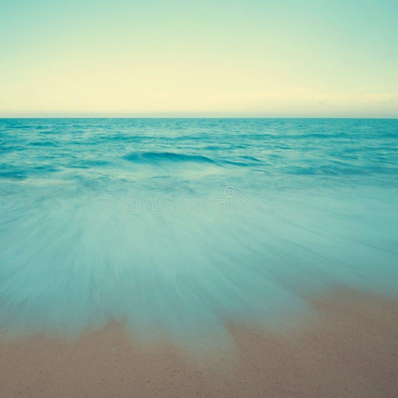 Uitstekende strandscène in zonsondergang royalty-vrije stock foto's