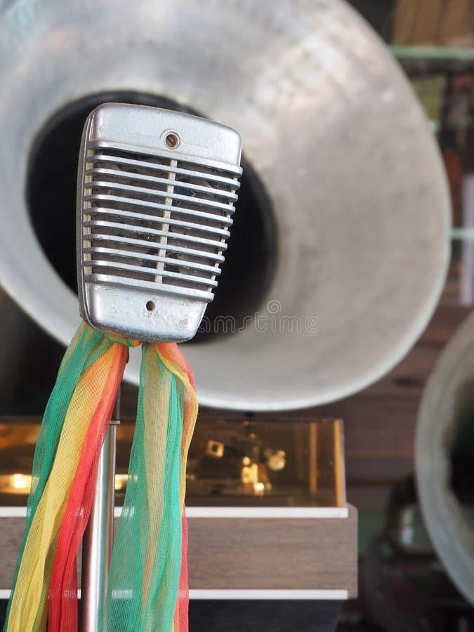 Uitstekende studiomicrofoon en de messingshoorn van grammofoon stock fotografie