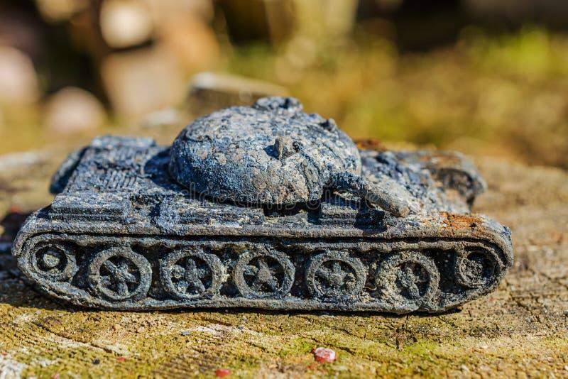 Uitstekende stuk speelgoed militaire roestige tank royalty-vrije stock afbeeldingen