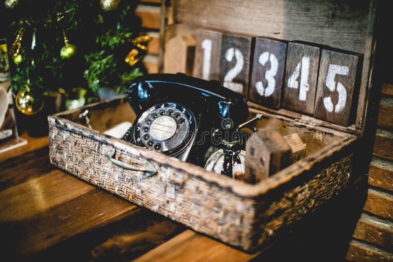 Uitstekende telefoon op houten achtergrond stock foto