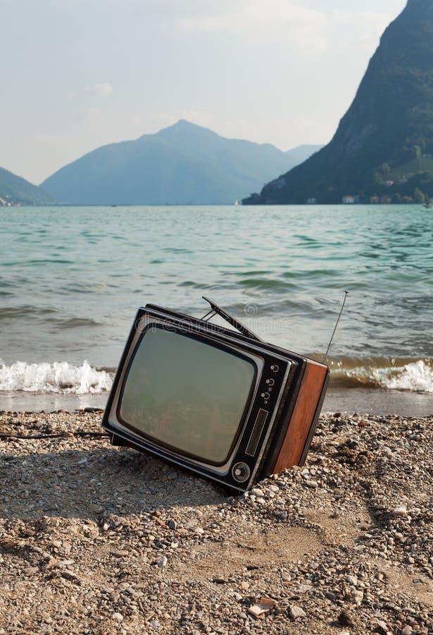 Uitstekende televisie op strand stock fotografie
