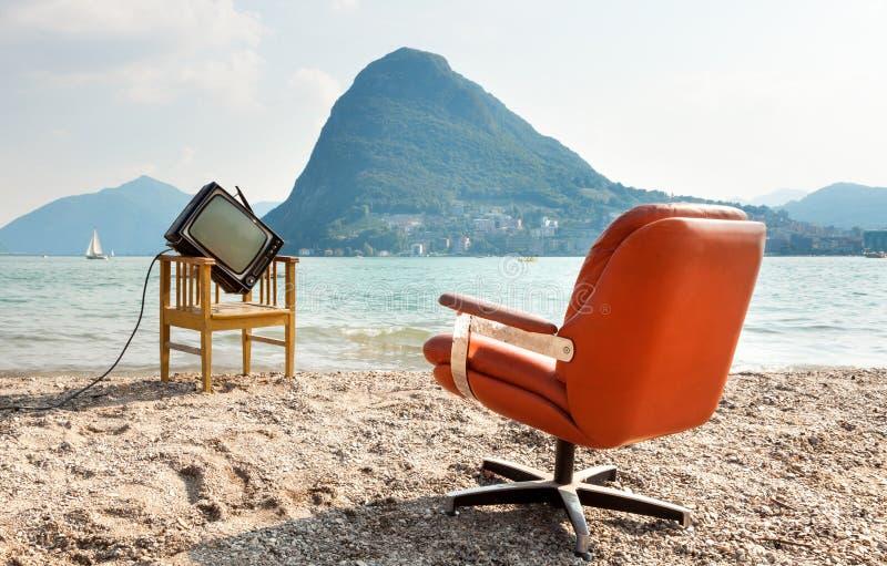 Uitstekende televisie op strand royalty-vrije stock foto