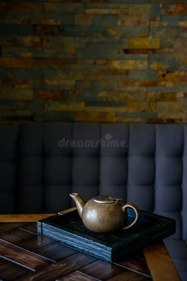 Uitstekende theepot op houten raad in restaurant royalty-vrije stock afbeeldingen