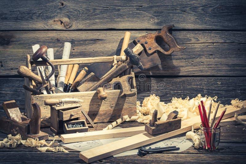 Uitstekende timmermans werkende hulpmiddelen op rustieke houten lijst royalty-vrije stock fotografie