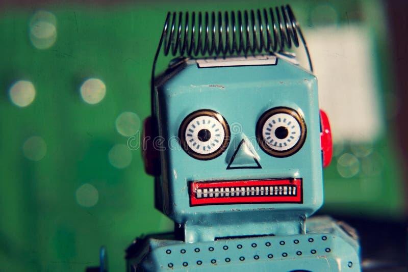 Uitstekende tinstuk speelgoed robot met computerraad, kunstmatige intelligentieconcept