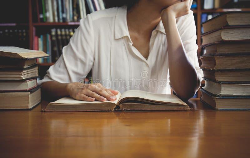 Uitstekende toon van het Lezen van een boekconcept stock fotografie