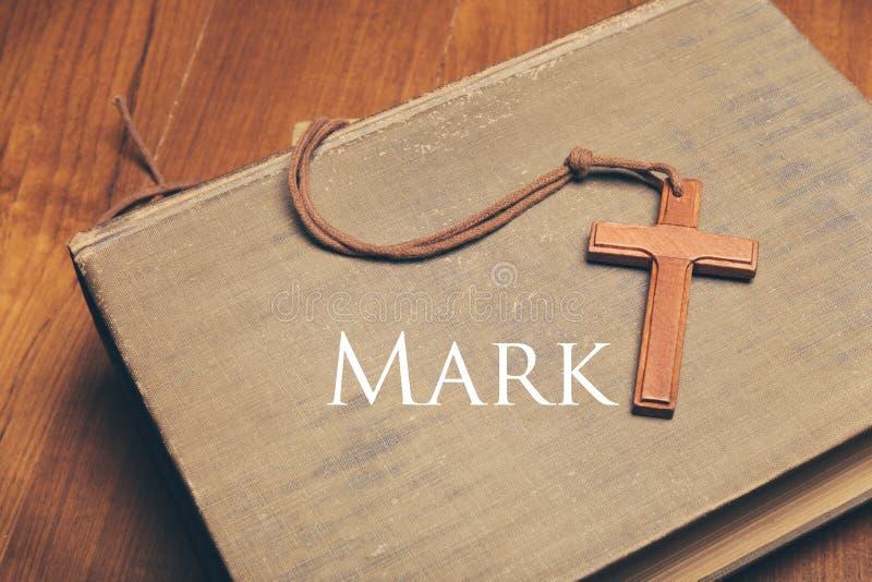 Uitstekende toon van houten Christelijke dwarshalsband op heilige Bijbelwi stock afbeelding