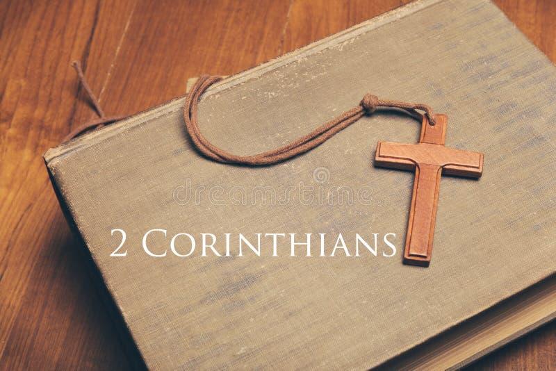 Uitstekende toon van houten Christelijke dwarshalsband op heilige Bijbelwi royalty-vrije stock afbeelding
