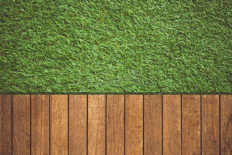 Uitstekende toon van houten met groene grasachtergrond royalty-vrije stock foto