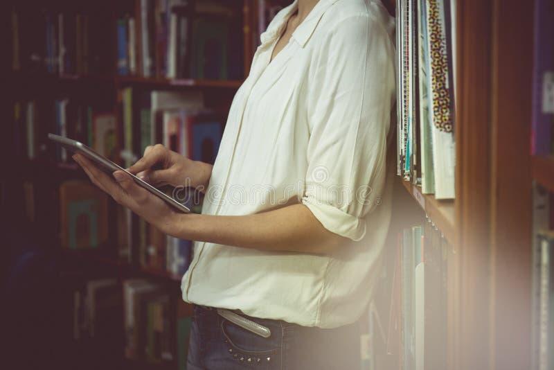 Uitstekende toon van Jonge vrouwelijke student met iPadtablet royalty-vrije stock foto