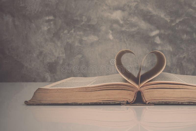 Uitstekende toon van Pagina's van een boek die de vorm van het hart vormen stock foto's