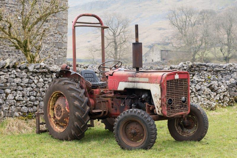 Uitstekende Tractor op het Landbouwbedrijf van Yorkshire royalty-vrije stock afbeelding