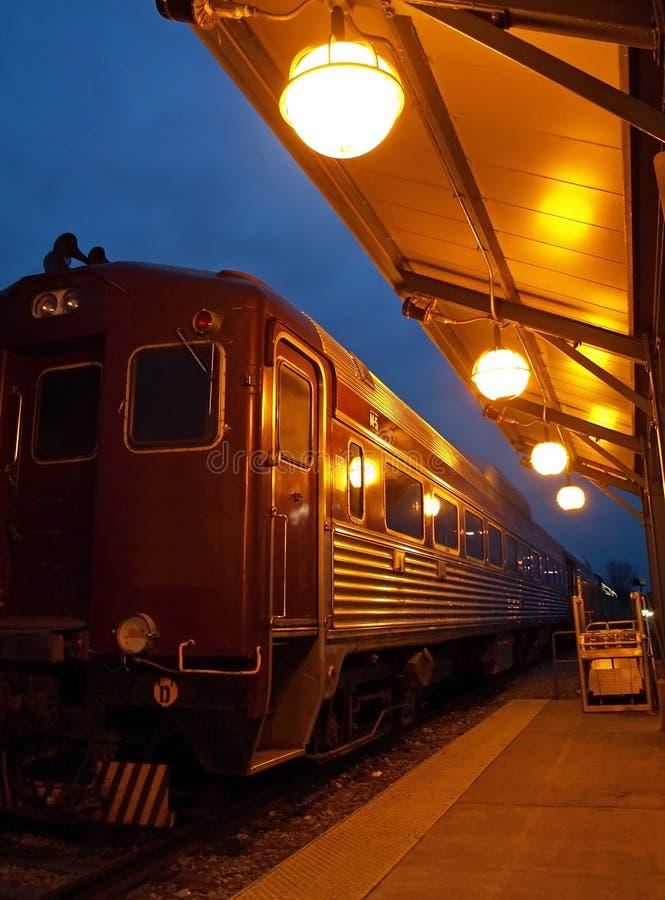 Uitstekende trein bij nacht stock afbeeldingen