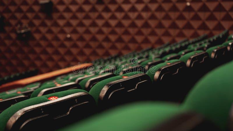 Uitstekende van het de filmspubliek van het bioskooptheater retro groene de plaatsingszetels, niemand royalty-vrije stock foto