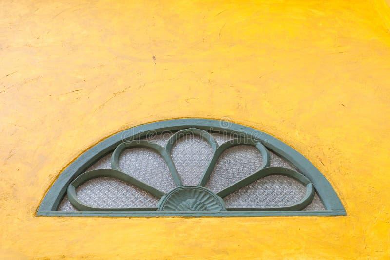 Uitstekende vensters op de abstracte gele textuur van de cementmuur backgroun royalty-vrije stock foto's
