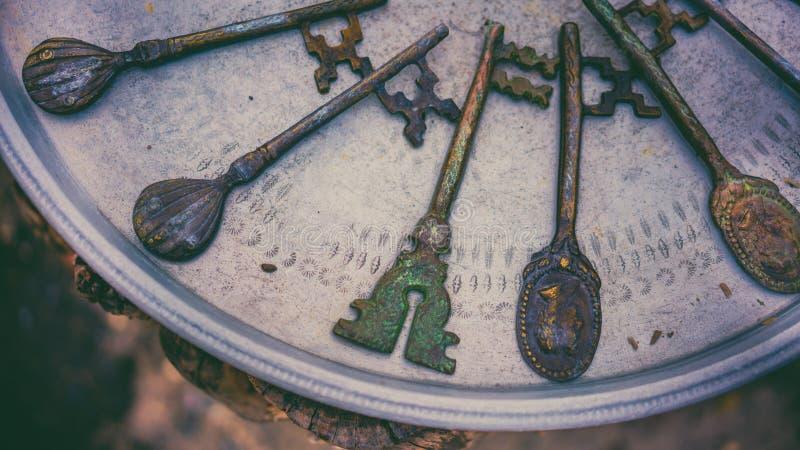 Uitstekende Victoriaanse Sleutels op Metaaldienblad stock foto's
