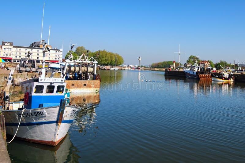 Uitstekende vissersboten in Honfleur-Haven Lager Normandië, het gebied van Calvados, Frankrijk stock foto