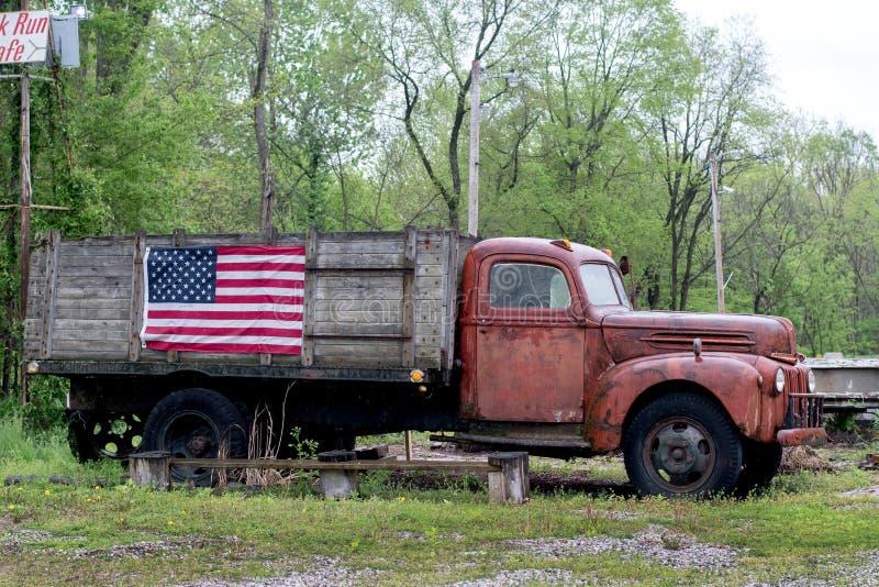 Uitstekende vrachtwagen met Amerikaanse vlag stock afbeeldingen